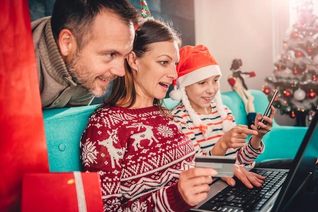 Famiglia a casa che compera online