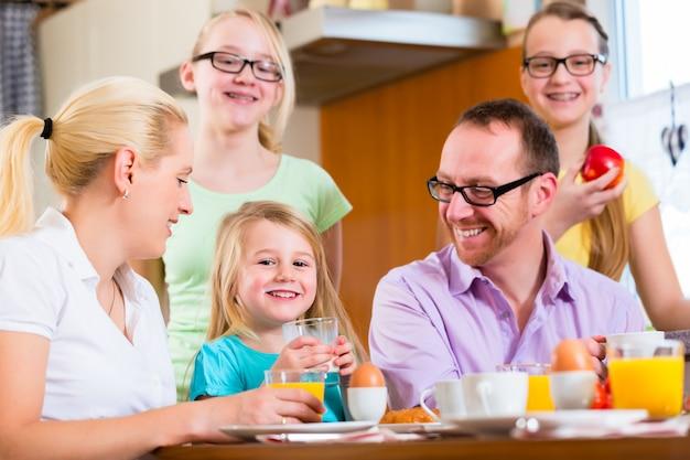 Famiglia a casa facendo colazione in cucina