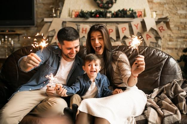 Famiglia a natale con luci bengala