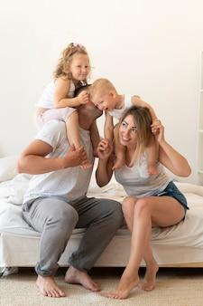 Famiglia a tutto schermo che trascorre del tempo insieme
