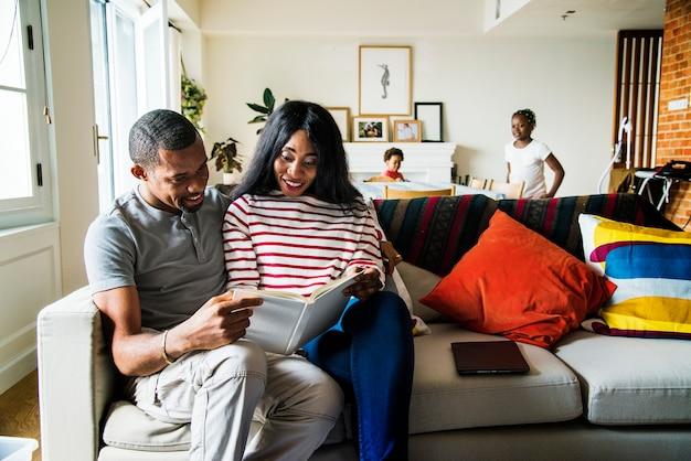Famiglia africana insieme in casa