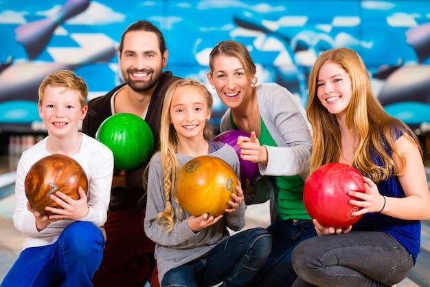 Famiglia al centro bowling