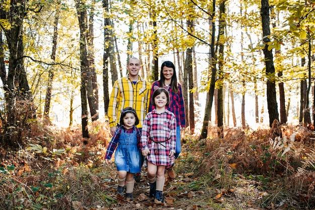Famiglia al parco in autunno