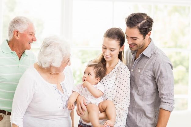 Famiglia allargata felice che sorride a casa