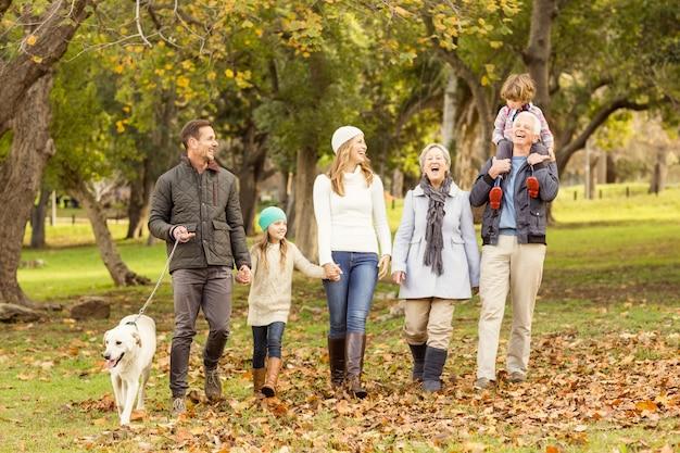 Famiglia allargata in posa con vestiti caldi