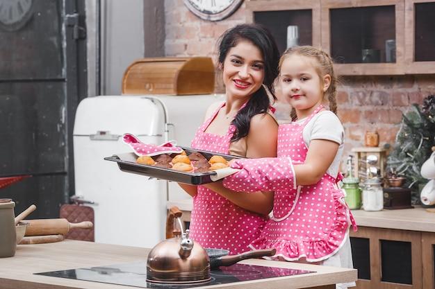 Famiglia allegra in cucina cottura muffin o cupcakes