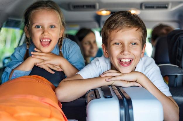 Famiglia andando in vacanza in auto