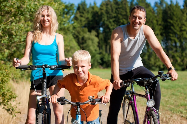 Famiglia andare in bicicletta per lo sport