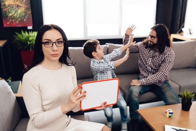 Famiglia araba alla reception in ufficio psicoterapeuta