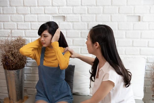Famiglia asiatica con conflitto familiare