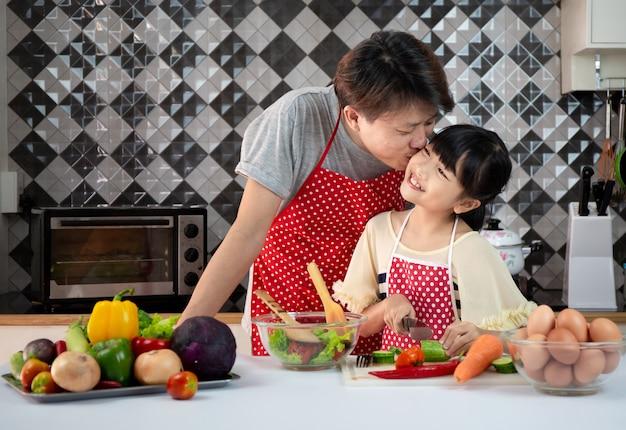 Famiglia asiatica cucina in cucina
