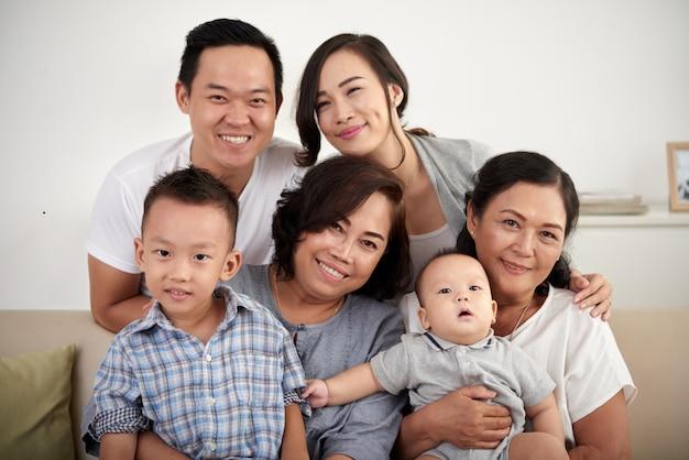 Famiglia asiatica felice che propone insieme