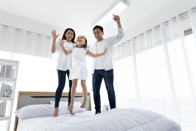 Famiglia asiatica felice in casa. attività per il tempo libero in famiglia
