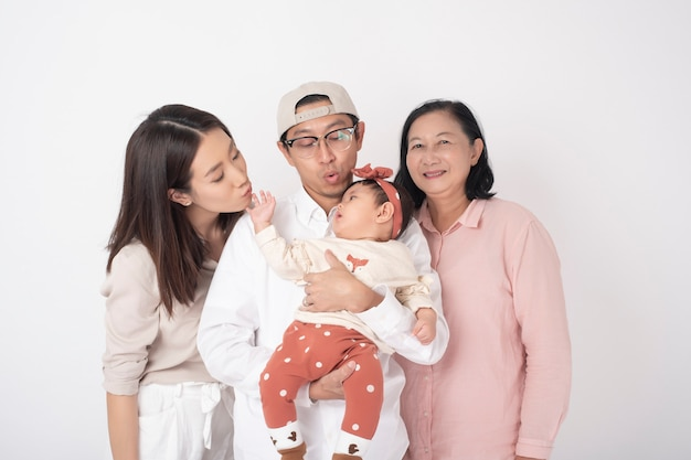 Famiglia asiatica felice sulla parete bianca