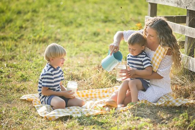 Famiglia bere latte all'aperto