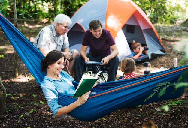 Famiglia campeggio nella foresta