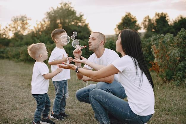 Famiglia carina che gioca in un campo estivo