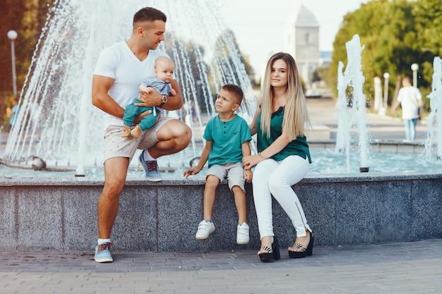Famiglia carina che gioca in una città estiva