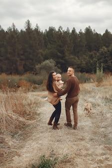 Famiglia carina ed elegante, giocando in un campo