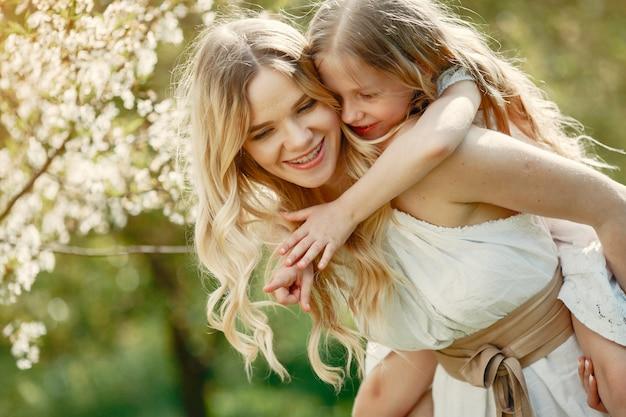 Famiglia carina ed elegante in un parco di primavera