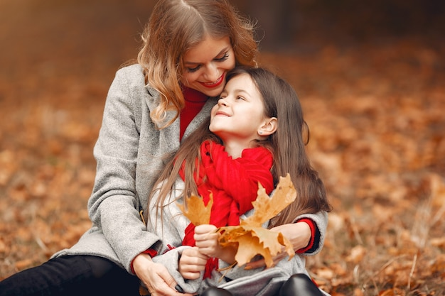 Famiglia carina ed elegante in un parco in autunno
