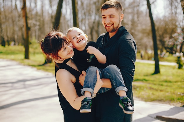 Famiglia carina in un parco