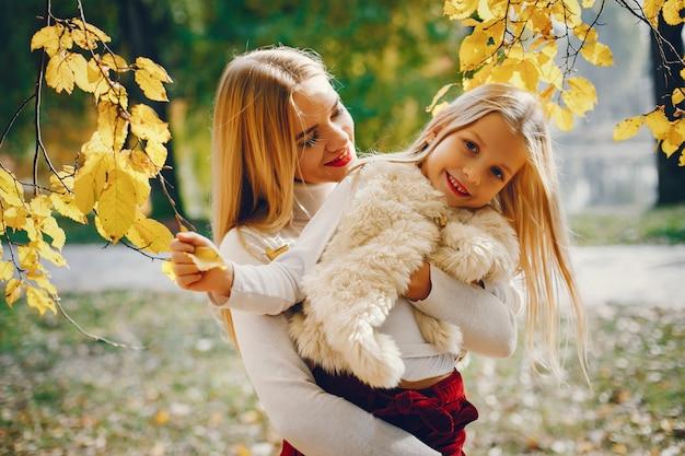 Famiglia carino ed elegante in un parco d'autunno