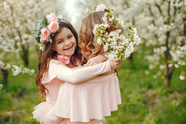 Famiglia carino ed elegante in un parco di primavera
