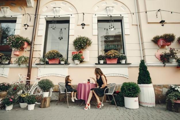 Famiglia carino ed elegante in una città estiva