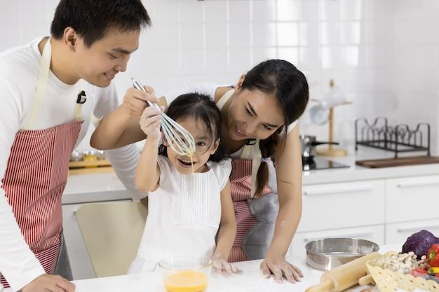 Famiglia che batte le uova in ciotola
