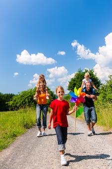 Famiglia che cammina lungo quel sentiero estivo