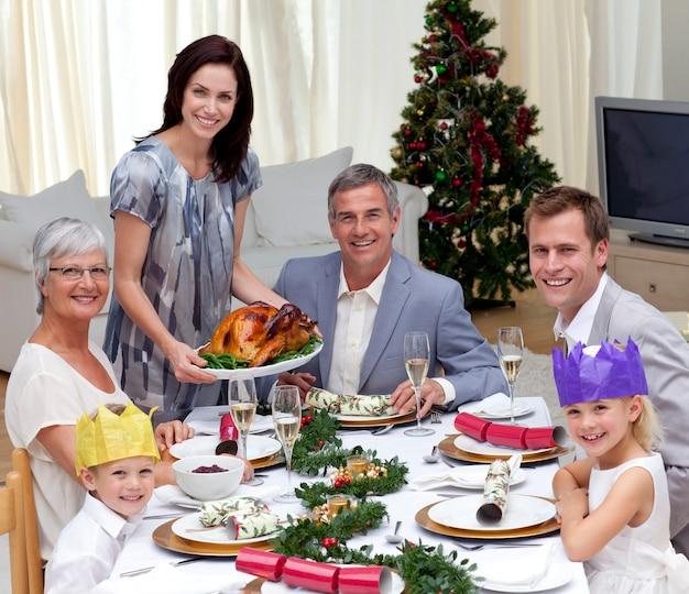 Famiglia che celebra la cena di natale con la turchia
