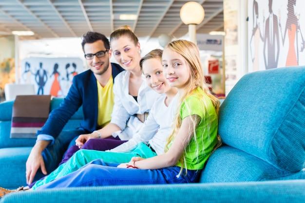 Famiglia che compra divano nel negozio di mobili
