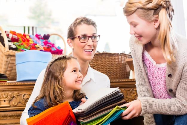Famiglia che compra forniture nel negozio di artigianato