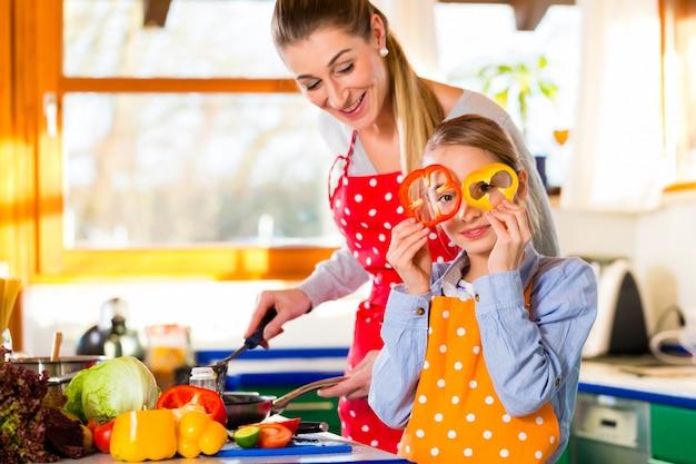 Famiglia che cucina cibo sano con divertimento