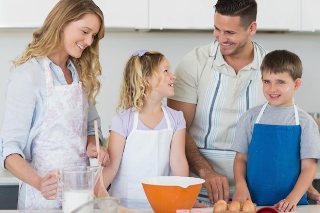 Famiglia che cuoce insieme i biscotti in cucina