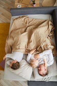 Famiglia che dorme sul divano letto