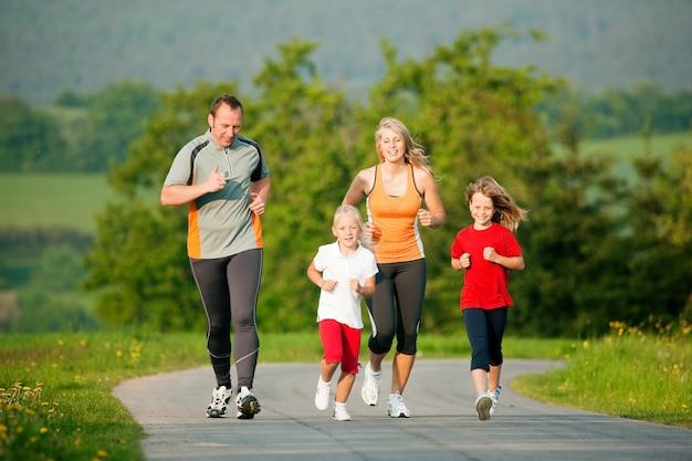 Famiglia che fa jogging all'aperto