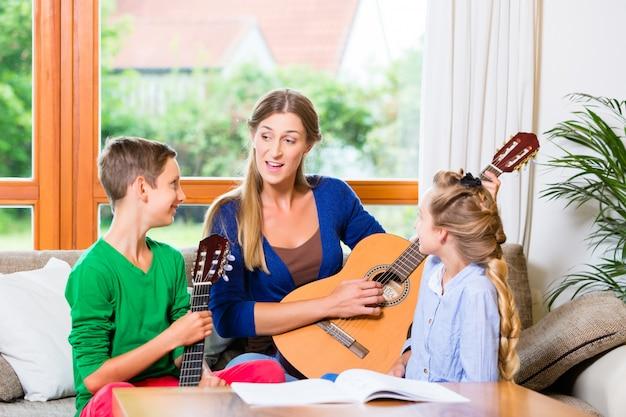 Famiglia che fa musica con la chitarra