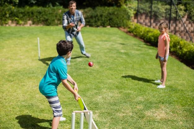 Famiglia che gioca a cricket nel parco