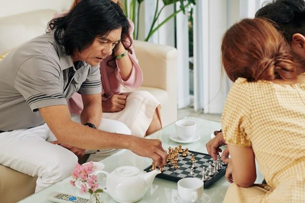 Famiglia che gioca a scacchi