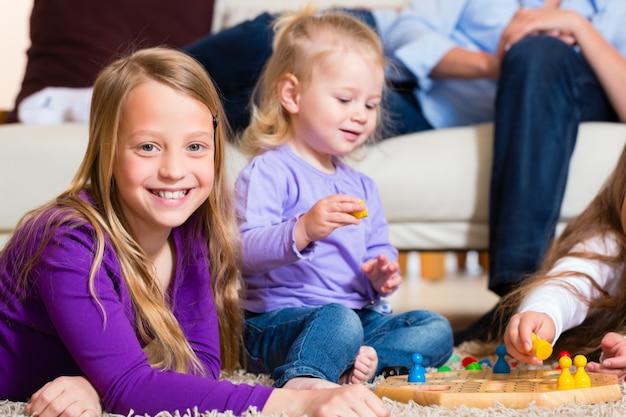 Famiglia che gioca gioco da tavolo a casa