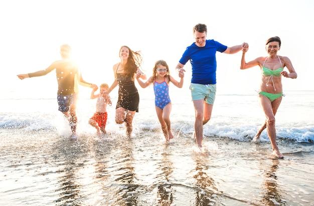 Famiglia che gioca sulla spiaggia