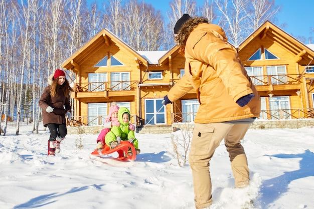 Famiglia che gode del fine settimana invernale
