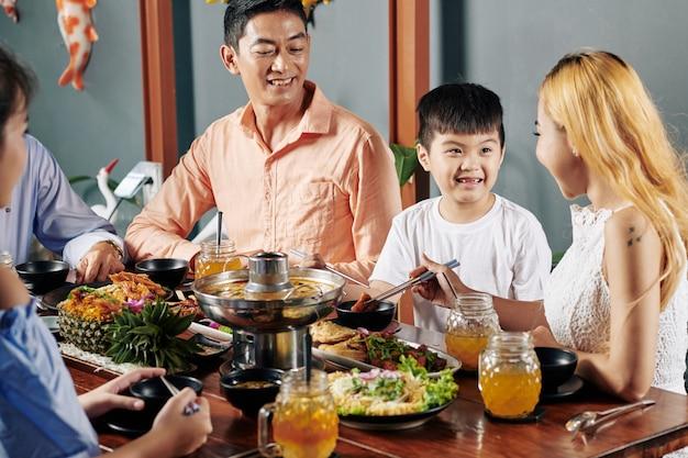 Famiglia che gode della cucina asiatica a cena