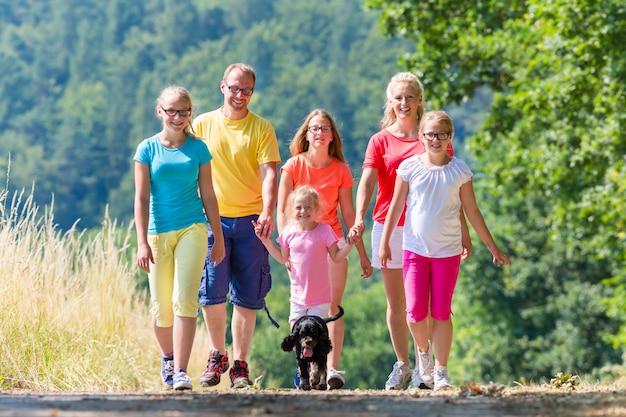 Famiglia che ha passeggiata sul sentiero nel bosco