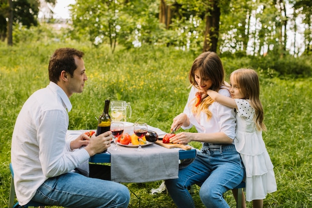 Famiglia che ha un picnic in natura