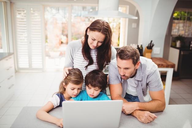 Famiglia che lavora al computer portatile