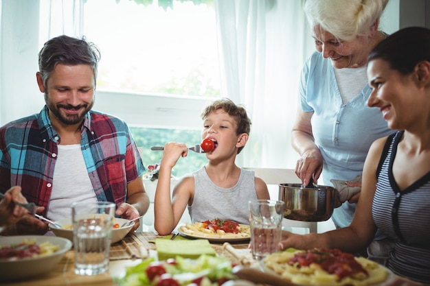 Famiglia che mangia insieme