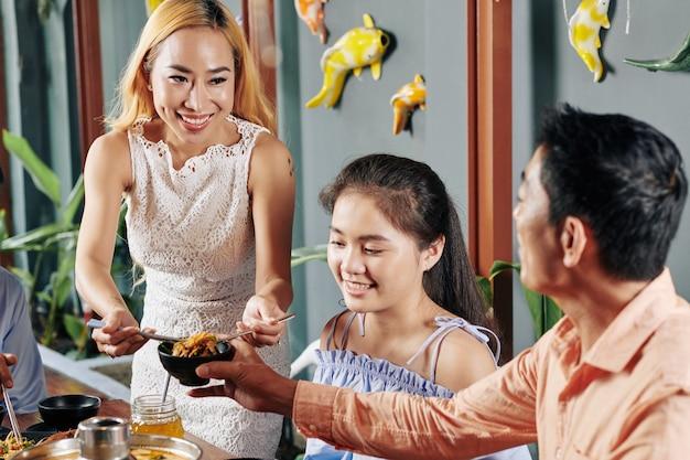 Famiglia che mangia la cena